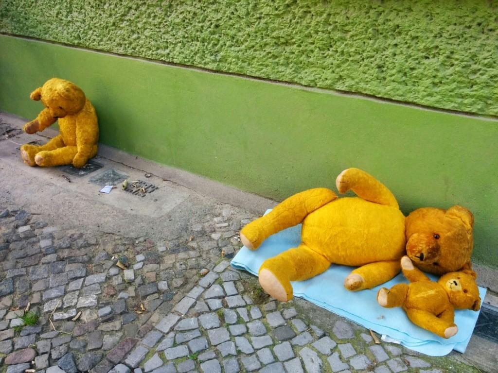 Eine ganze Familie sitzt auf der Straße.